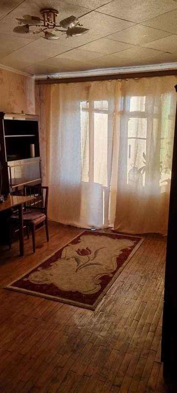 Сдается чистая уютная комната с балконом, из мебели - шкаф, секретер, диван, сто